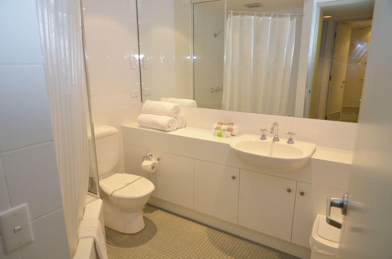 squatters_apartment_1bedroom_samplebathroom