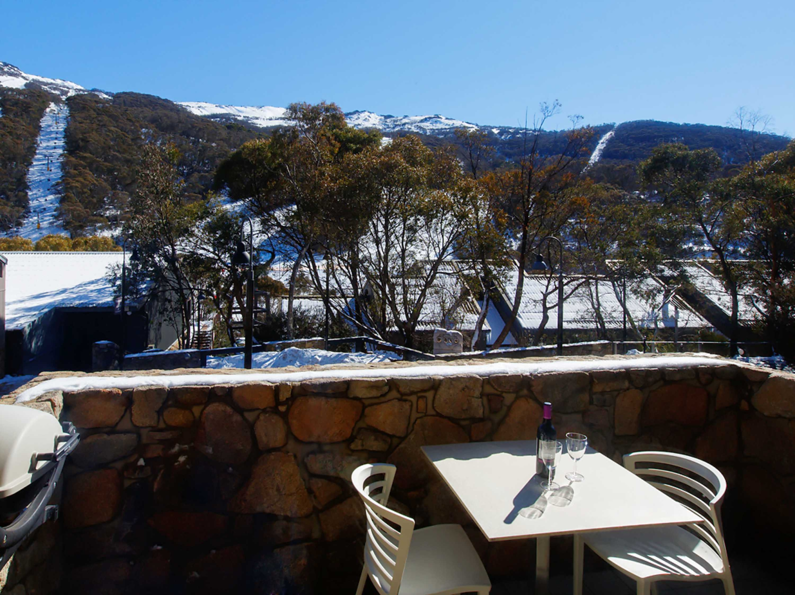 E2-Squatters-Run-Thredbo-Luxury-Apartments-Deluxe-1-Bedroom-Unit-234-persons-see-squatters.com_.au_-1-scaled
